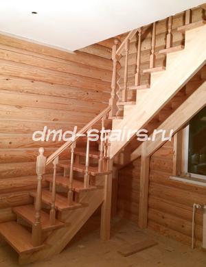 московская область, домодедовский район, с. Никитское. Г-образная деревянная лестница на тетиве открытого типа с поворотными ступенями. Материал - массив сосны,массив бука. Отделка - лак
