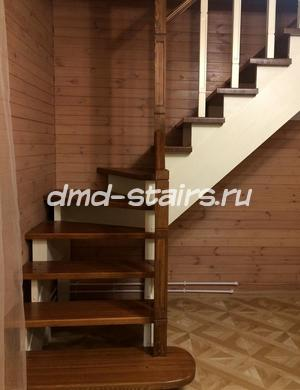 Московская область,Чеховский район, д.Манушкино  Г-образная деревянная лестница на тетиве открытого типа с поворотными ступенями. Материал - массив сосны,массив лиственницы. Комбинированный способ отделки - пропитка,лак,краска