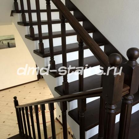 П-образная лестница на бетонной основе с площадкой