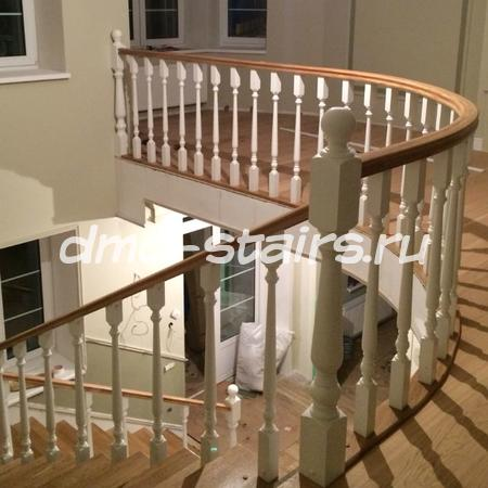 Г-образная лестница на бетонной основе с площадкой