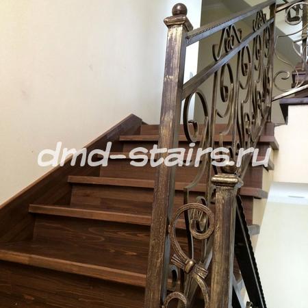 П-образная лестница на бетонной основе с промежуточной площадкой и поворотными ступенями