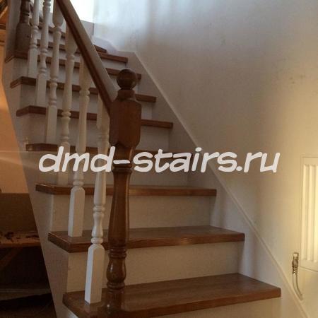 П-образная лестница на металлическом каркасе с поворотными ступенями