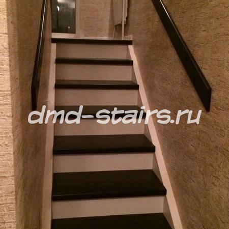 П-образная лестница на бетонной основе с промежуточной площадкой
