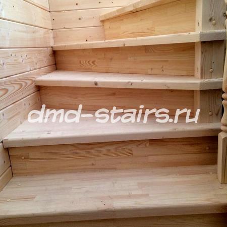 П-образная двухмаршевая деревянная лестница на тетиве, закрытого типа