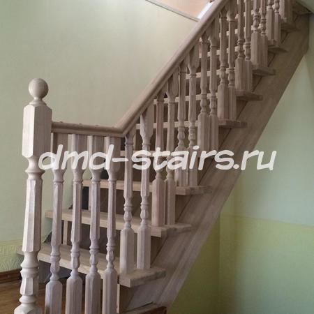 Прямая одномаршевая деревянная лестница на тетиве, открытого типа