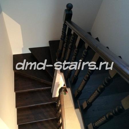 П- образная двухмаршевая деревянная лестница на бетонной основе