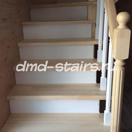 Г-образная двухмаршевая деревянная лестница на тетиве, закрытого типа с поворотными ступенями