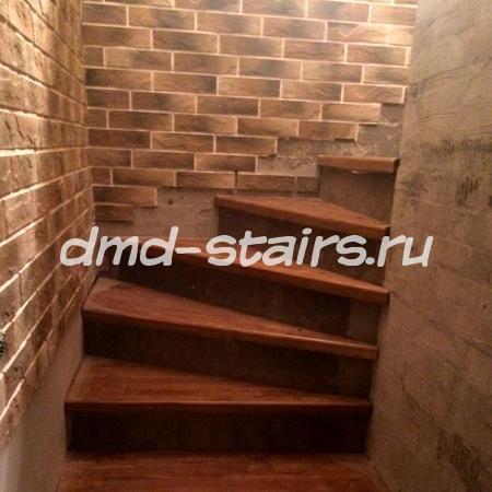 Винтовая деревянная лестница на бетонной основе