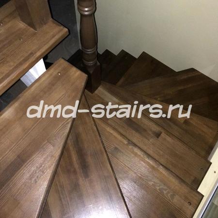 Деревянная винтовая лестница на тетиве открытого типа