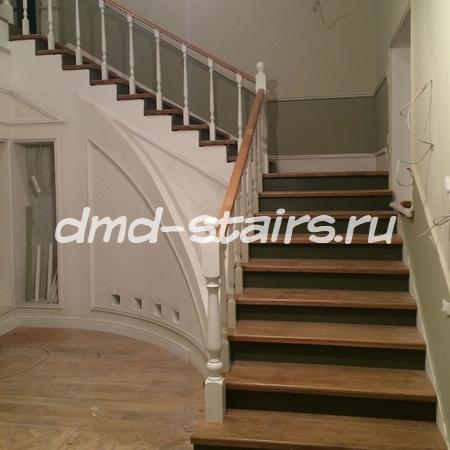 Г-образная комбинированная ,двухмаршевая деревянная лестница на бетонной основе с поворотными ступенями