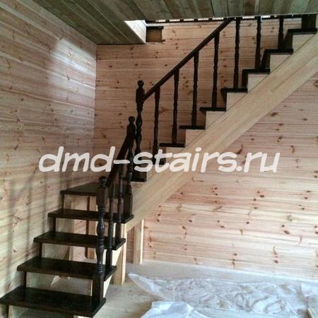 Г-образная двухмаршевая деревянная лестница на тетиве