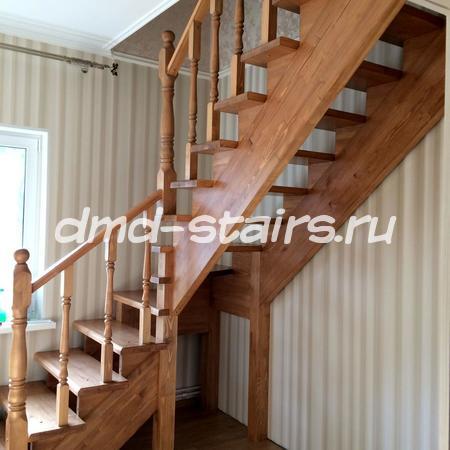 Г-образная двухмаршевая деревянная лестница на тетиве, открытого типа с поворотными ступенями