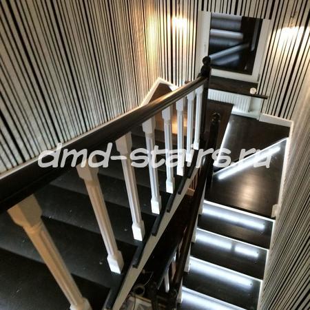П-образная многомаршевая деревянная лестница на бетонной основе с поворотными ступенями