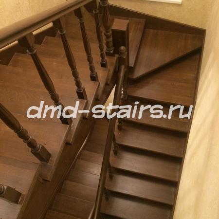 П- образная многомаршевая деревянная лестница на металлическом каркасе