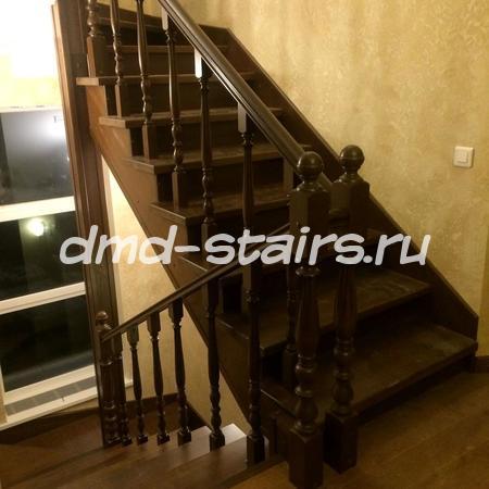 П-образная многмаршевая деревянная лестница на металлическом каркасе, закрытого типа с поворотными ступенями