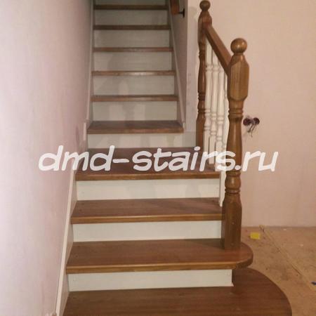 Комбинированная прямая  одномаршевая деревянная лестница на тетиве, закрытого типа с промежуточной площадкой