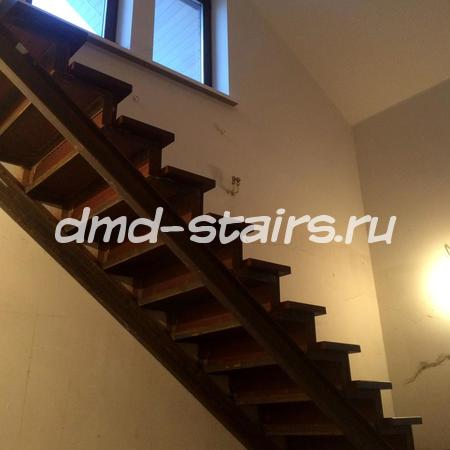 П-образная двухмаршевая деревянная лестница на металлическом каркасе