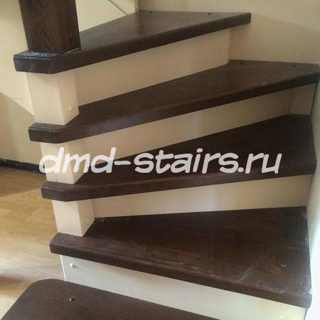 Винтовая деревянная лестница на тетиве
