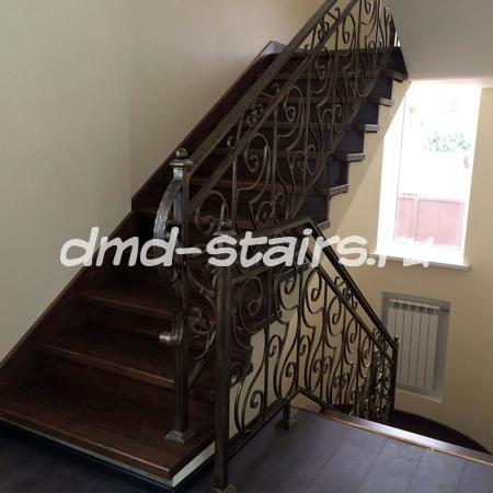 П-образная многомаршевая деревянная лестница с промежуточной площадкой на бетонной основе