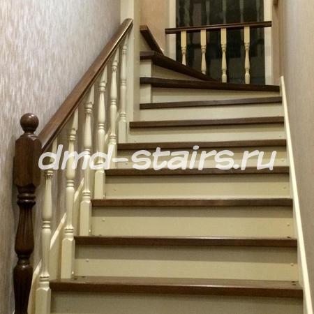 Г-образная двухмаршевая деревянная лестница на тетиве закрытая