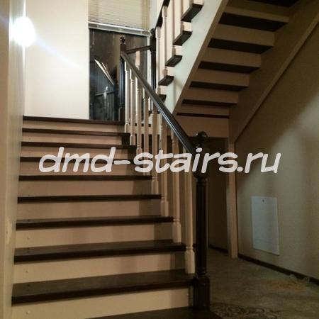 П-образная двухмаршевая деревянная лестница на тетиве