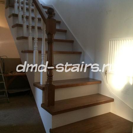 Г-образная двухмаршевая деревянная лестница на металлическом каркасе