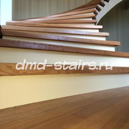 Комбинированная, поворотная деревянная лестница на бетонной основе
