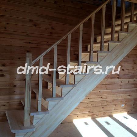 Прямая деревянная одномаршевая лестница на тетиве