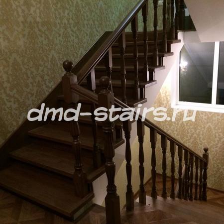 П-образная многомаршевая деревянная лестница на бетонной основе
