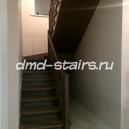 П-образная двухмаршевая деревянная лестница на металлическом каркасе, закрытого типа с промежуточной площадкой